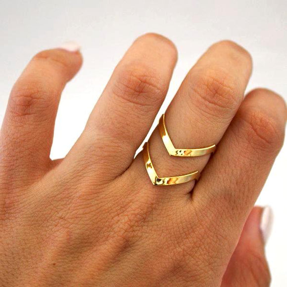 V-shaped double lines ring