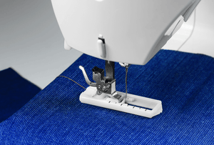 Tradition™ 2250 electrical sewing machine sewing a buttonhole. Tradition™ 2250 車縫機製作的鈕扣孔