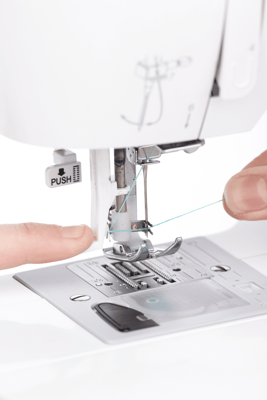 Needle threader of Fashion Mate™ 3337 sewing machine. Fashion Mate™ 3337 衣車的車針穿線器