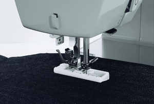 Heavy Duty™ 4411 sewing machine sewing a buttonhole. Heavy Duty™ 4411 衣車縫製鈕扣孔