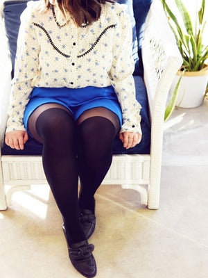 over-the-knee tights with blue shorts and floral blouse - collant cuissardes avec short bleue et chemisier floral