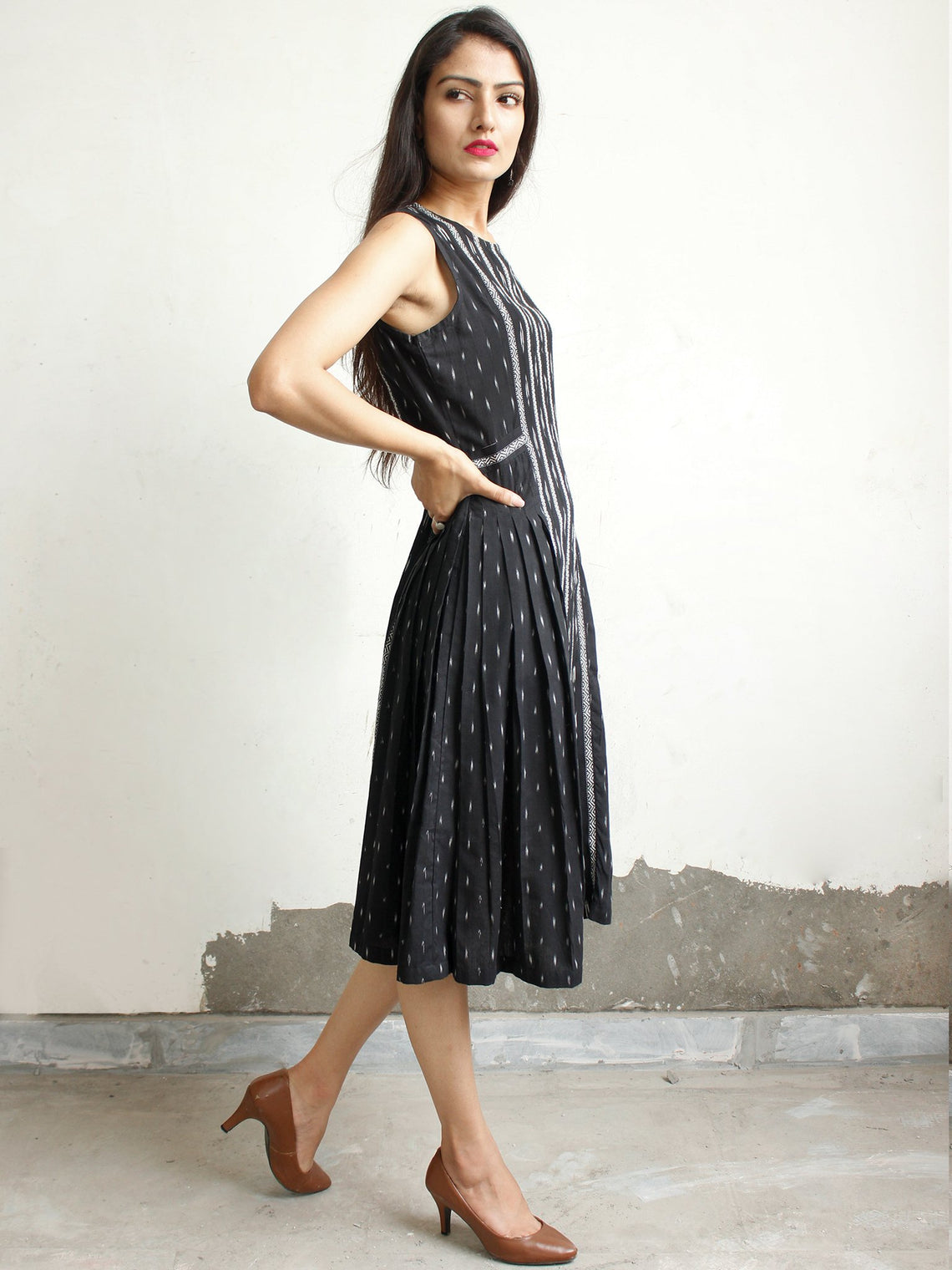 Black White Handwoven Ikat Knife Pleated Sleeveless Dress - D276F1461