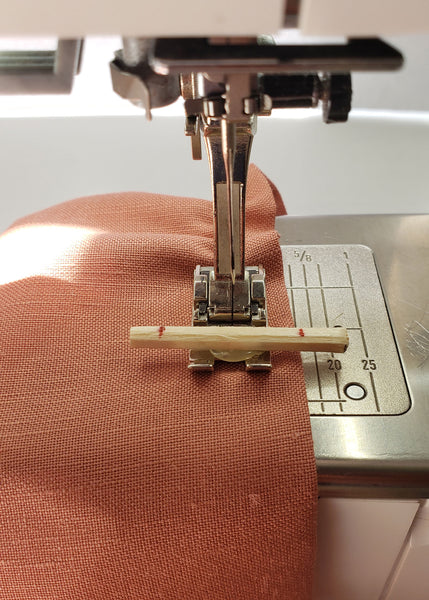 the border guide fot sewing the first line of shirring alonthe edge of fabric