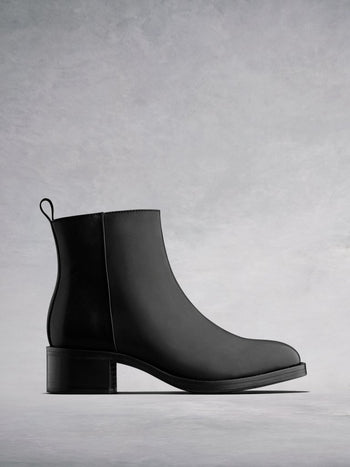 Arietty Black Leather - Block-heeled round toe ankle boots.