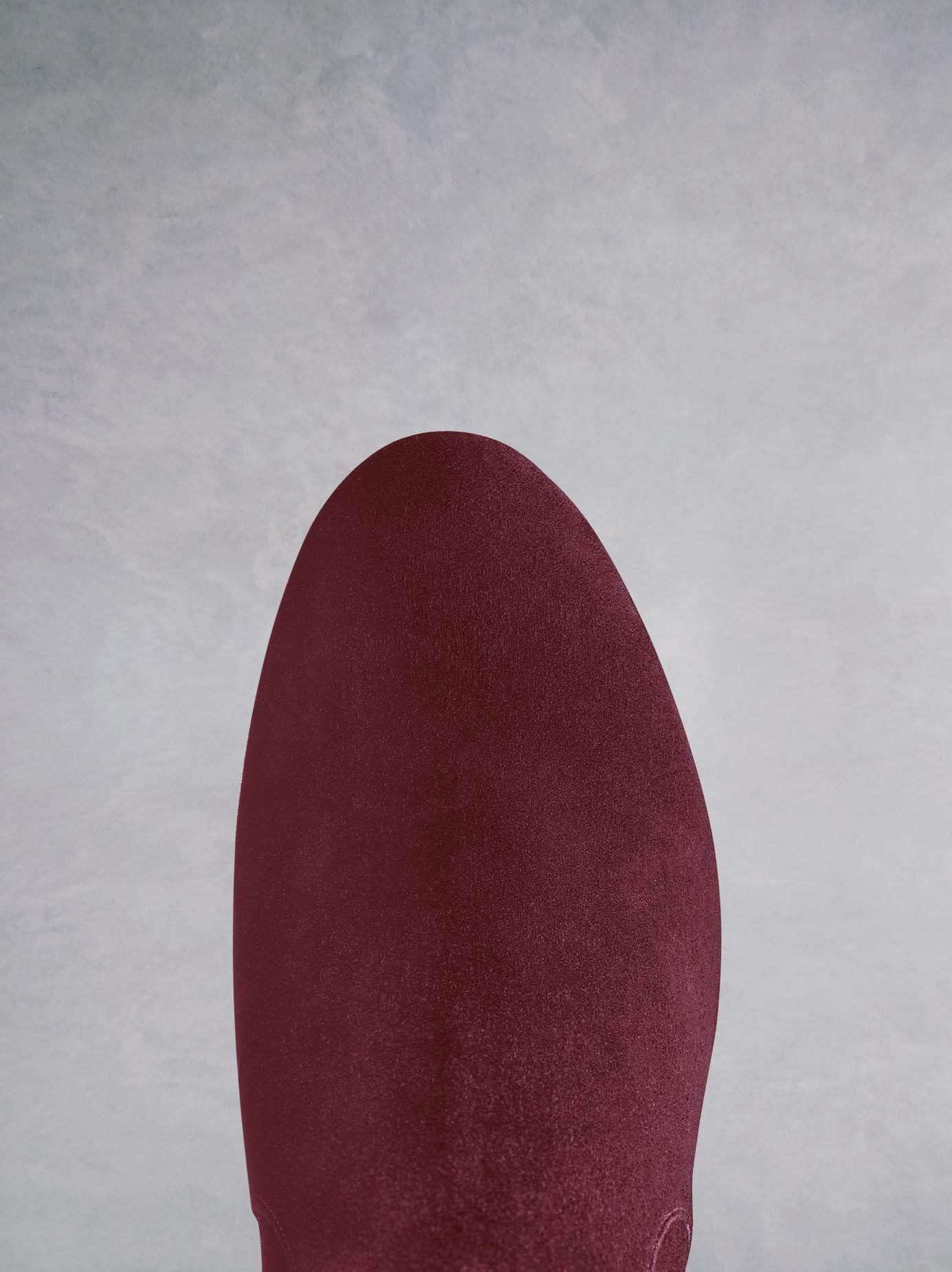 Featuring an elegant and comfortable round toe shape in burgundy suede.