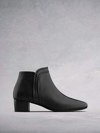 Florencia Black Leather - Block heel ankle boots with scalloped edging.