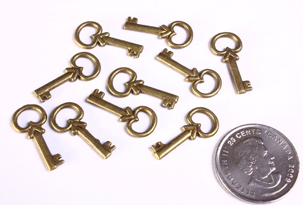 22mm Antique brass petite key charm - key pendant - 10 pieces (986)