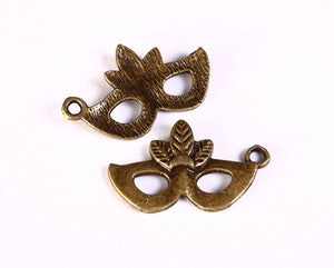Mask and feathers charm - Antique brass charms - Mask pendant - 26mm x 16mm - 5 pieces - Cadmium free (1288)