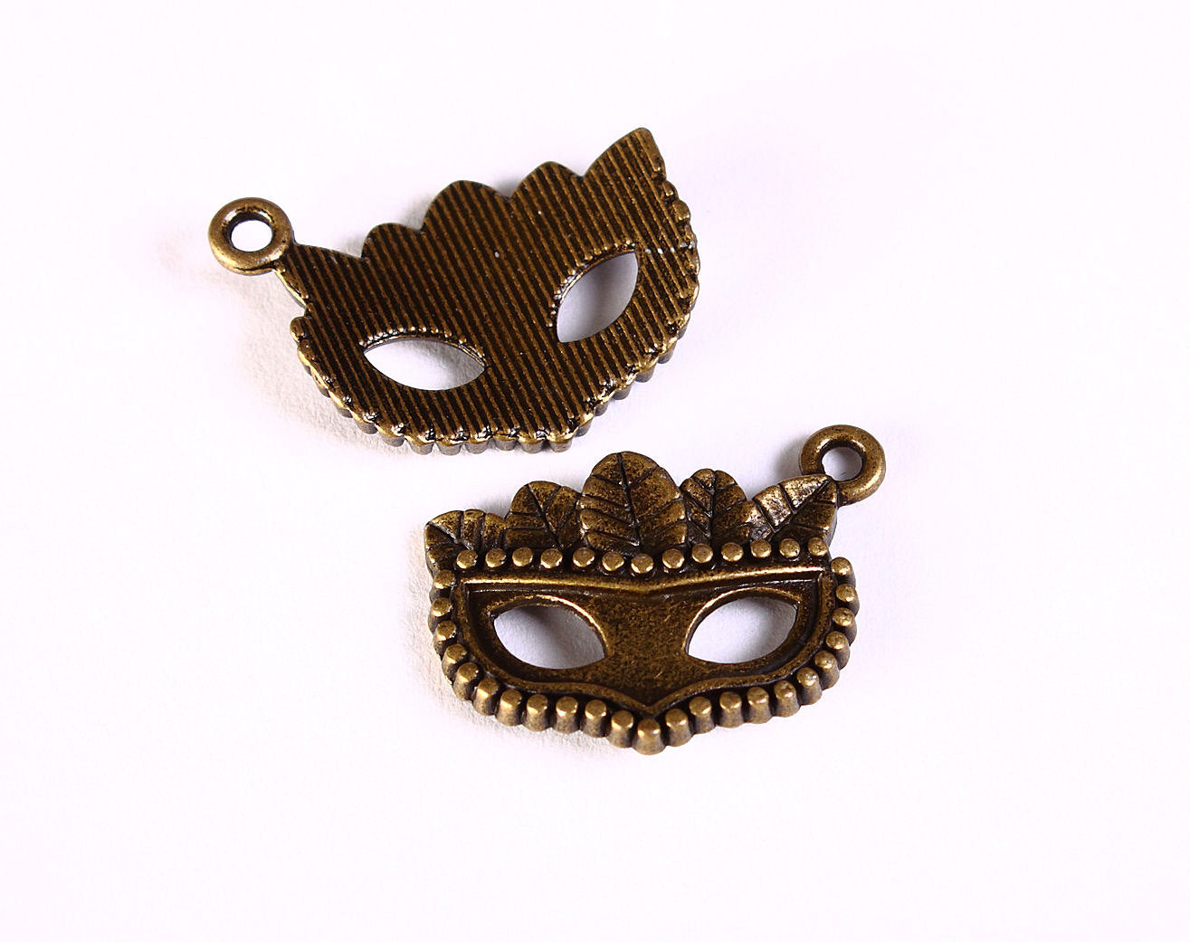Mask and feathers antique brass charm - Mask pendant - 22mm x 15mm - 4 pieces (1287)
