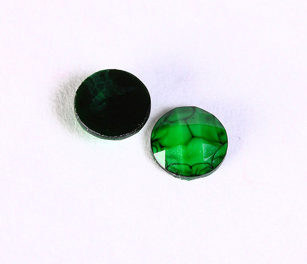8mm Green faceted resin cabochons flat round - Crackle look cabochons - 8 pieces (1496)