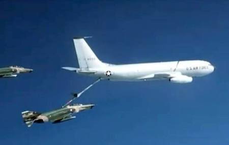 The Day a USAF KC-135 Crew Saved an F-4 Phantom by Dragging it Home