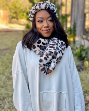 Light Faux Fur Leopard Pocket Scarf