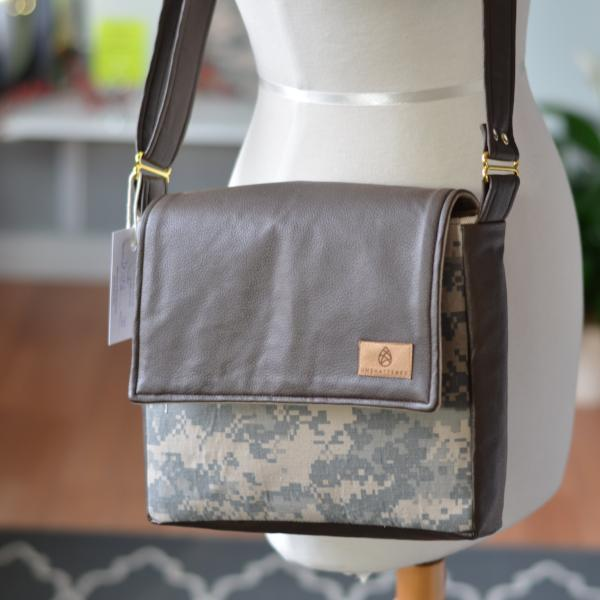 CHOOSE YOUR ACCENT COLOR: MIXED MEDIA US ARMY MESSENGER