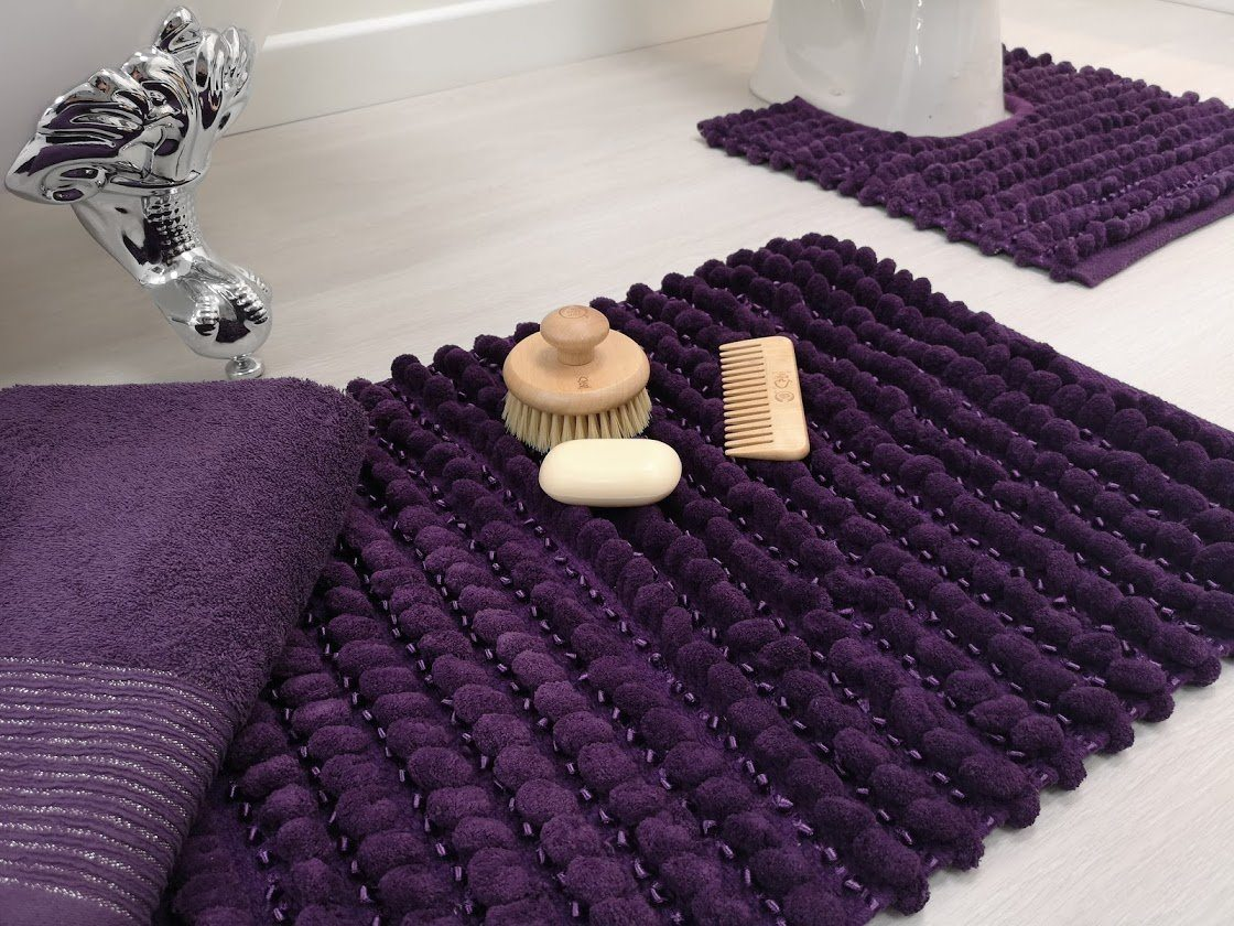 bath mat on bathroom floor