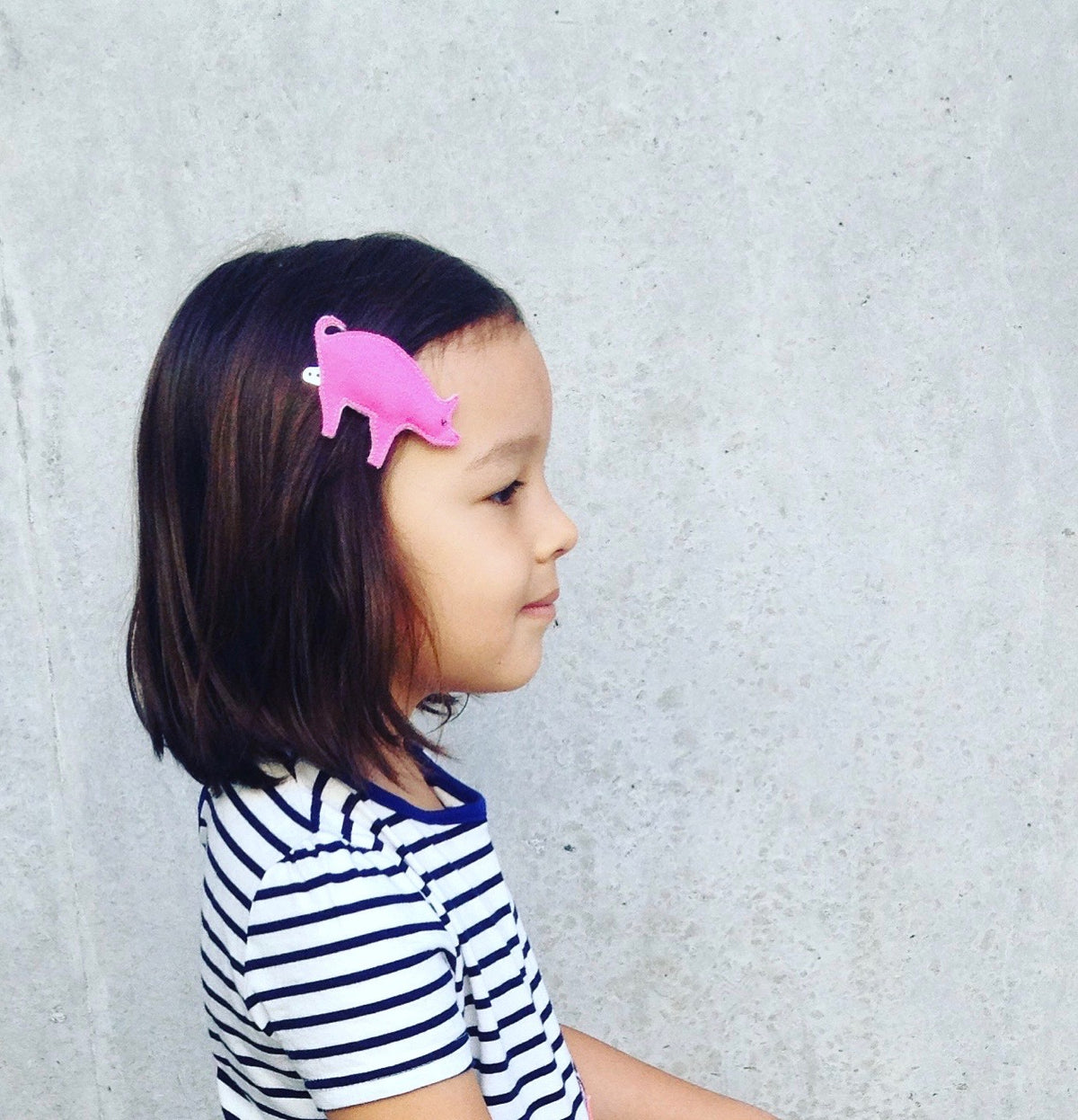 girl with pink piggy hair clip
