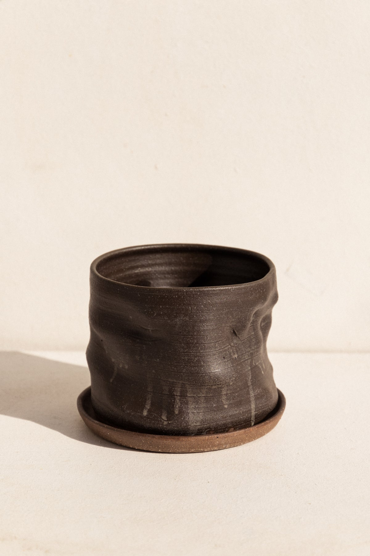 asobimasu Clay ceramic Kyokusen Planter in black on Makers' Mrkt , Makers Market Melbourne