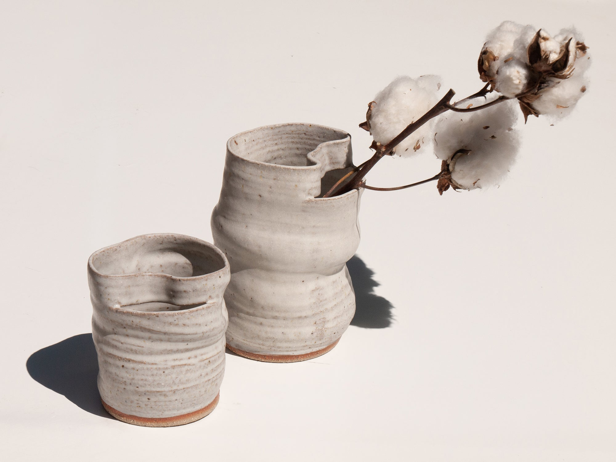 Original interior items with their own hands, making vases of clay with their own hands