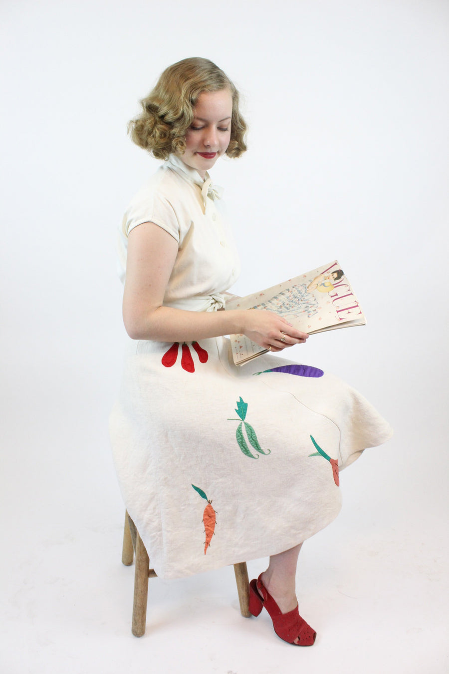 1940s novelty linen skirt | embroidered carrot peas eggplant vegetable print | xs