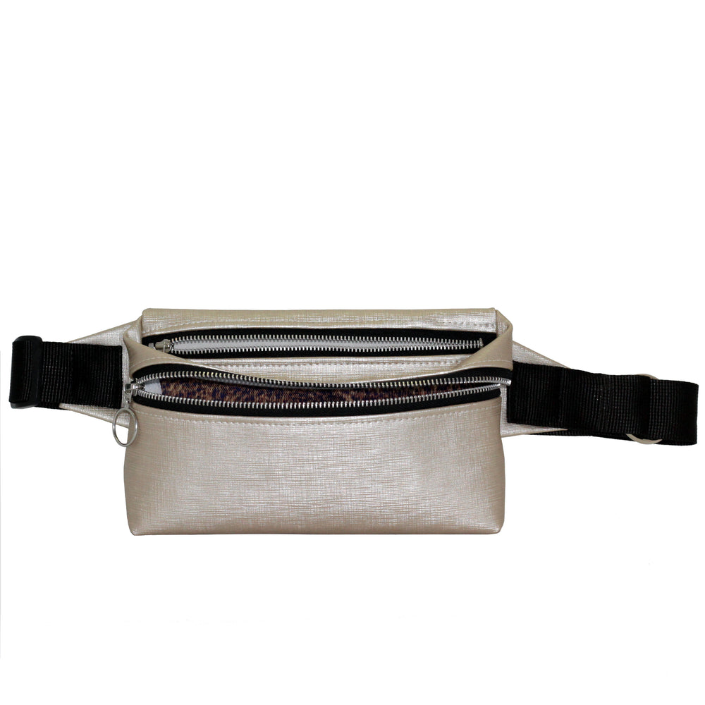Zendigi. Unisex hand made Zipplebag urban design 100% vegan. A girl wearing Pearl Himalaya Zipplebag in Tel Aviv