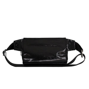 Zendigi. Unisex hand made Zipplebag urban design 100% vegan. A girl wearing Shiny Black Zipplebag in Tel Aviv