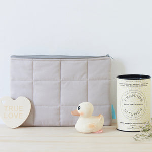 Practical and stylish for both new baby and mum, this makes a great celebratory pregnancy package. This neutral gift pack is suited to a new baby boy or girl.
