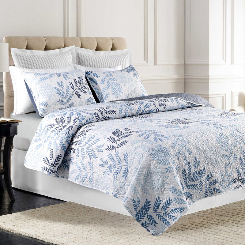 Hannah - 3 Piece Reversible Blue Floral to Blue Solid Quilt Set - Magasins Hart | Hart Stores