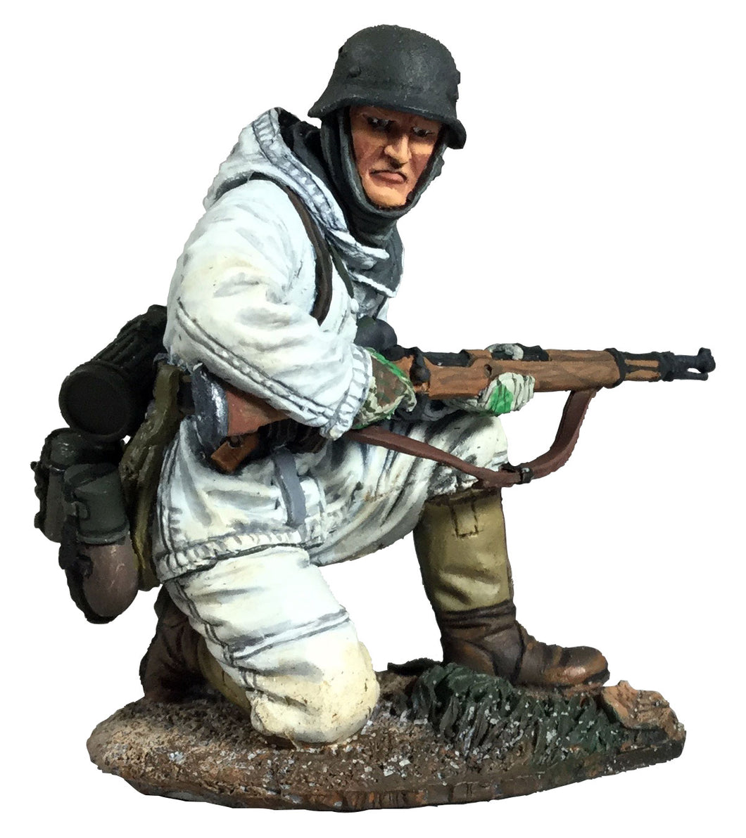 Britain Figures - WWII German Volksgrenadier in Parka kneeling with K-98