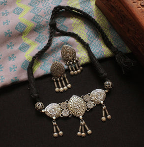 Silver look-alike flower choker set