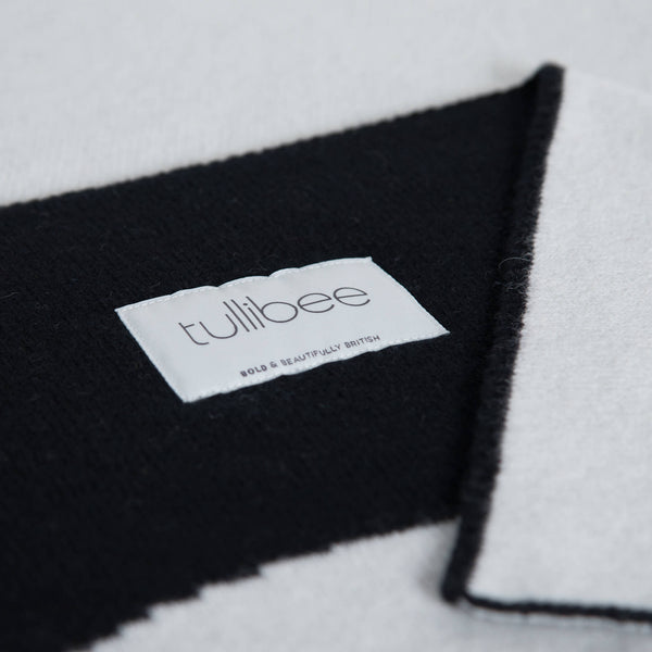 tullibee knitted blanket WOW black brand label close up