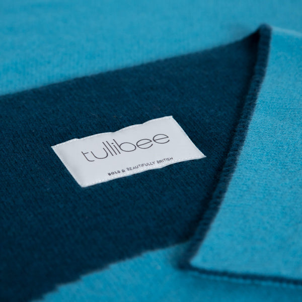 tullibee knitted blanket WOW blue brand label close up