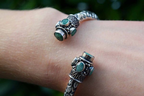 925 Silver Emerald Decorated Mughal-Style Kangan Bracelet