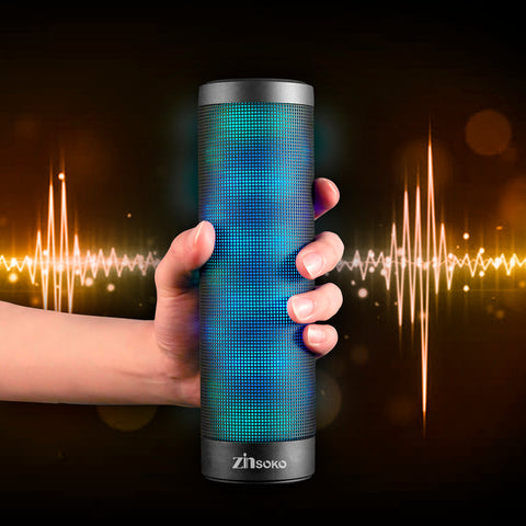 Enceinte portable Colorful Equalizer Party à LED 360° Bluetooth allumée et tenue dans une main - Zinsoko