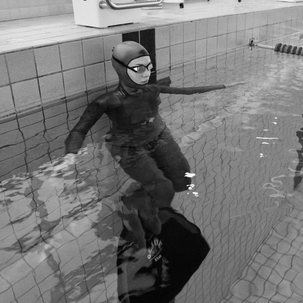 Free-dive training in swimming pool.