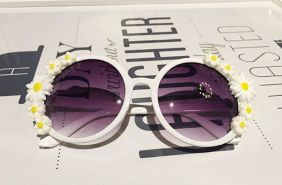 WHITE RETRO OVERSIZED ROUND SIDE DAISY EMBELLISHED SUNGLASSES