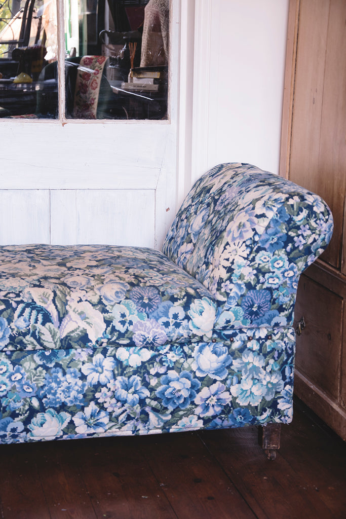 Upholstered Antique chaise longue in Blue and white fabric. Dig Haushizzle Cassie Nicholas Bristol. Antique Shop