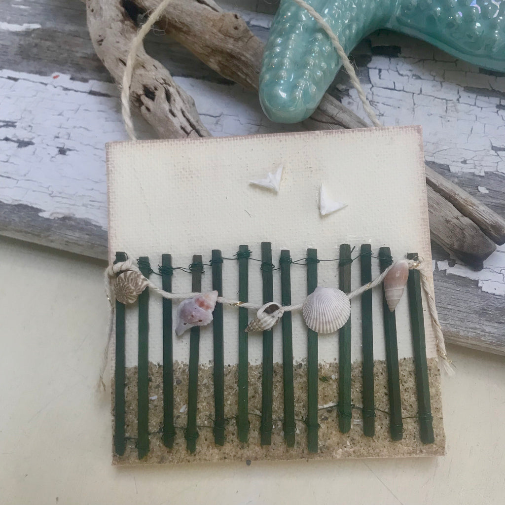 T1539 beach fence with shell garland