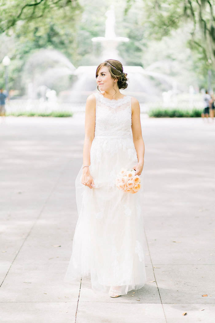 Scoop Neck Lace Wedding Dress with Sleeveless