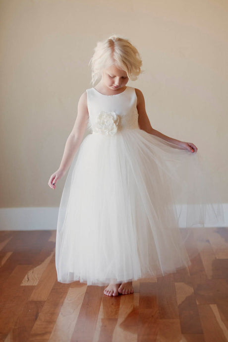 A-Line/Princess Scoop Neck Tulle White Flower Girl Dress with Flower(s)