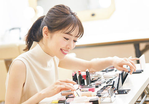 japanese woman looking at puchipura jbeauty cosmetics