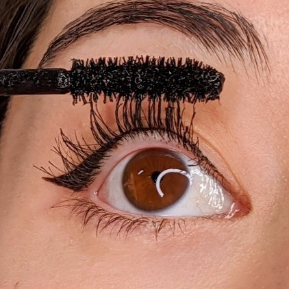 Dejavu Keep Style Mascara being applied