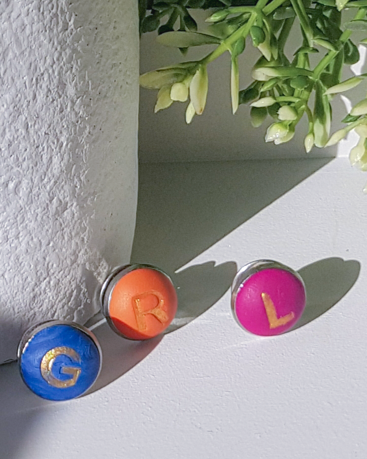 Broches de Colores con Iniciales (Blue Orange Pink)