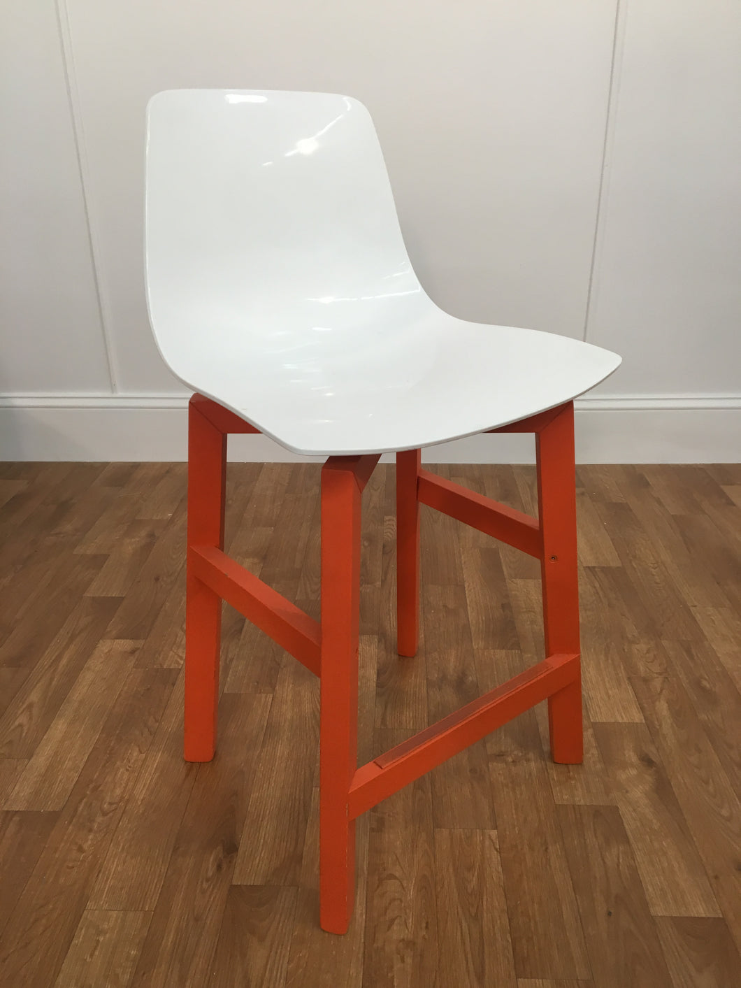 WHITE PLASTIC BACK STOOL WITH ORANGE WOODEN LEGS
