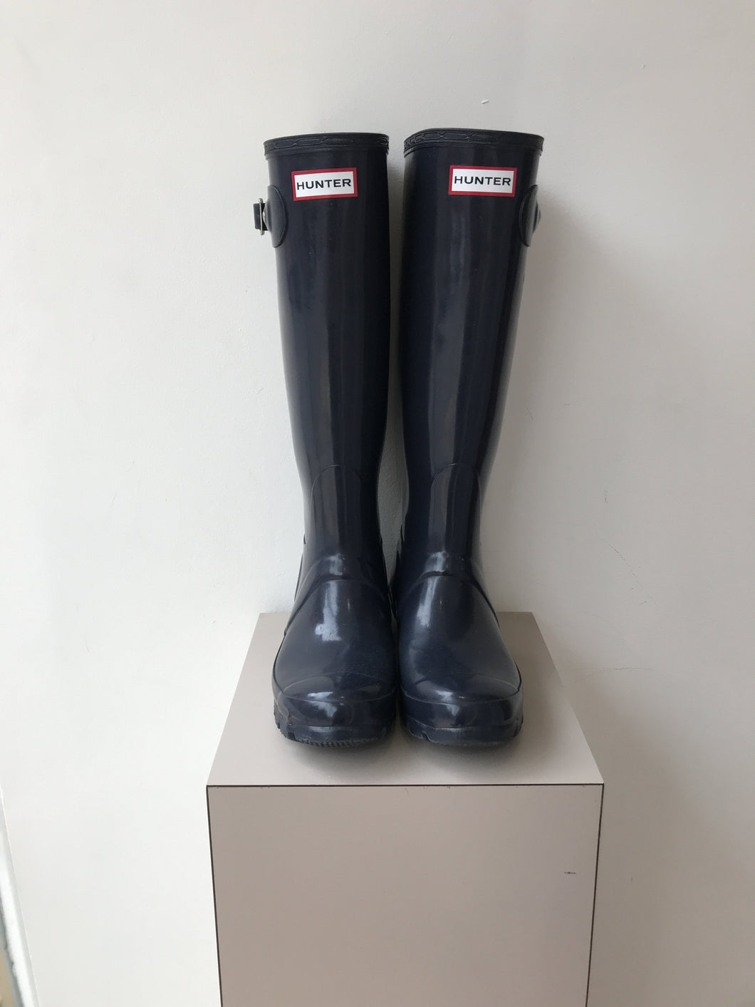 Hunter navy shiny classic rain boots size 6 - My Girlfriend's Wardrobe York Pa