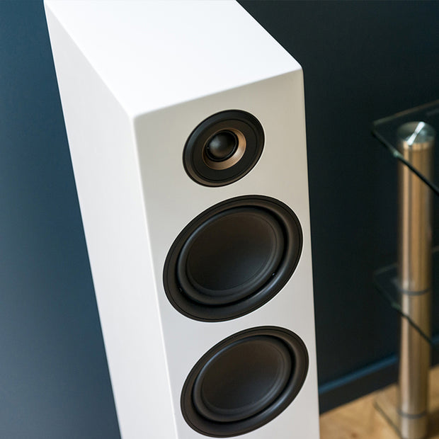 enceinte-connectee-hifi-triangle-colonne-active-series-ln05A-blanc-lifestyle02