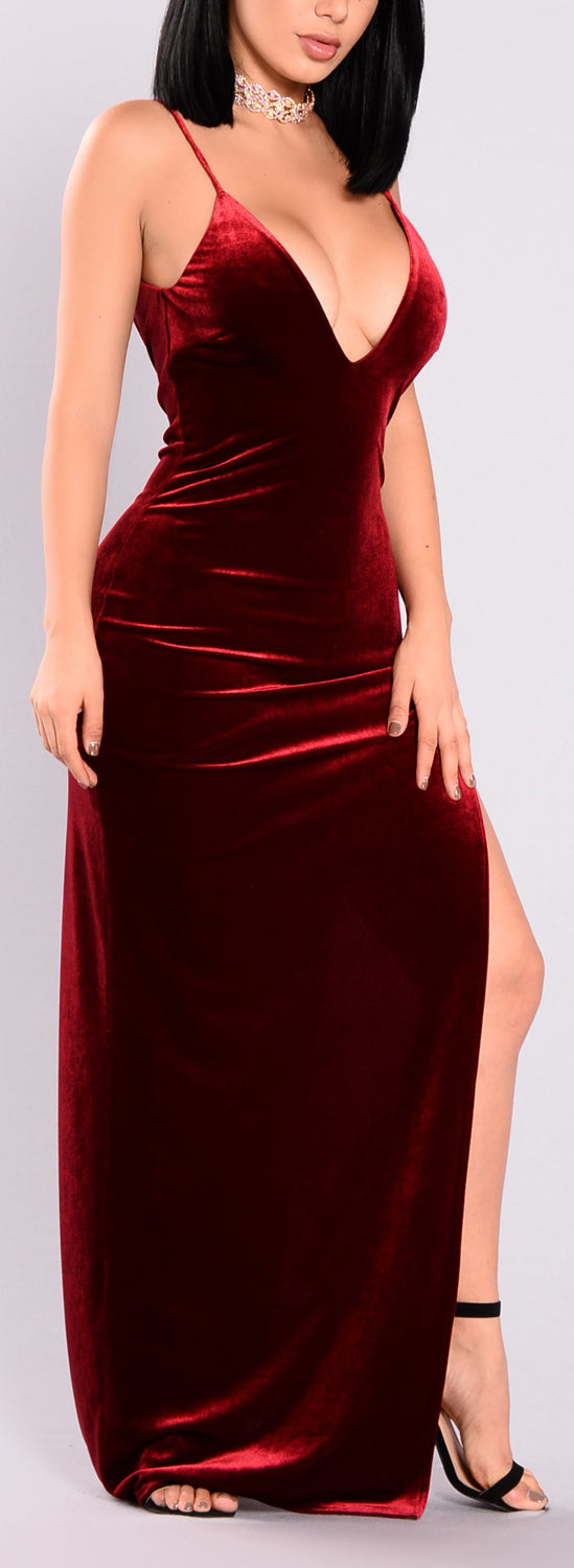 Classy Dressy Party Cocktail Evening Outfit Ideas for Women - Red Velvet Maxi Dress  - día de san valentín Outfit Ideas para mujeres - www.GlamantiBeauty.com
