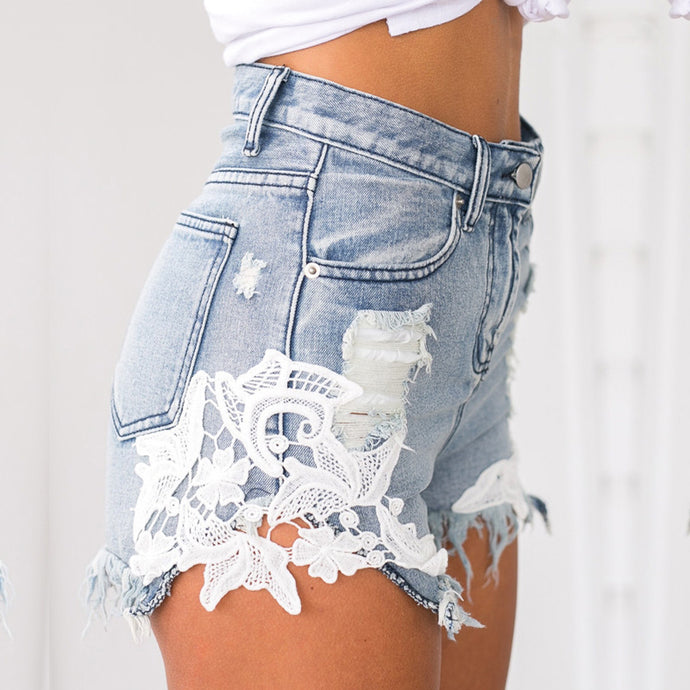 Casual Floral Lace Jean Shorts Denim Summer Outfit Ideas for Teen Girls - deas de atuendos de verano para chicas adolescentes - www.GlamantiBeauty.com #summerstyle #cute