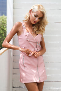Edgy Women Summer Outfit Ideas for Teen Girls - Trendy Motorcycle Leather Mini Dress - Ideas de atuendos de verano para chicas adolescentes - www.GlamantiBeauty.com #summerstyle # outfits