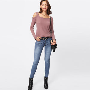 Cute Casual Outfit Ideas for Back to School 2018 College Cold Shoulder Asymmetrical Top with Jeans - Ideas casuales de regreso a la escuela - www.GlamantiBeauty.com #outfits