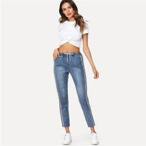 Cute Casual Fall Back to School Outfit Ideas for Teens for Women 2018 - White Crop Top T-Shirt and Boyfriend Jeans - Ideas casuales de regreso a la escuela de verano -  www.GlamantiBeauty.com