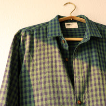 All the workings of a classic shirt, except now longer in the back, and with high side slits. Can be worn as an outer jacket, or as a classic shirt.